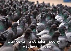 Dav ceka na odhaleni sochy Vaclava Klause