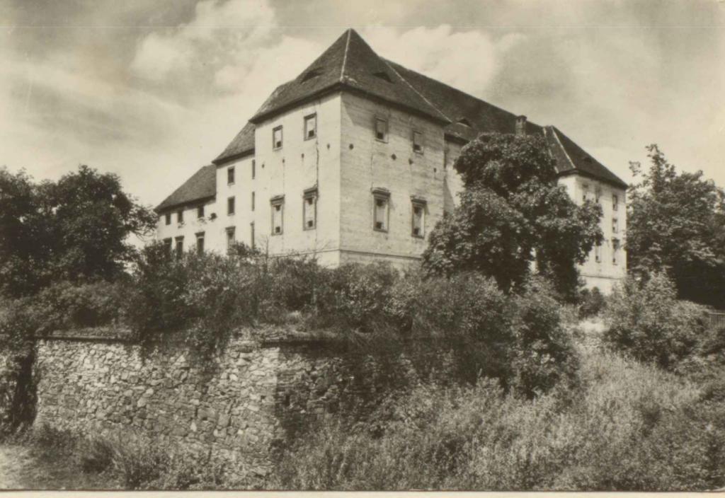 Zámek Kaceřov, někdejší sídlo Gryspenů z Gryspachu;  Sídla vrchnosti nad poddanými našimi předky